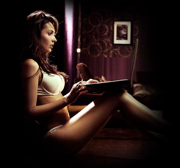 Image femme lingerie avec pc